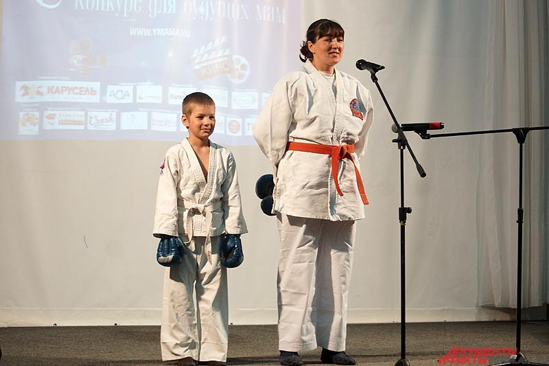 Анастасия Швецова вместе с сыном продемонстрировала приёмы рукопашного боя.