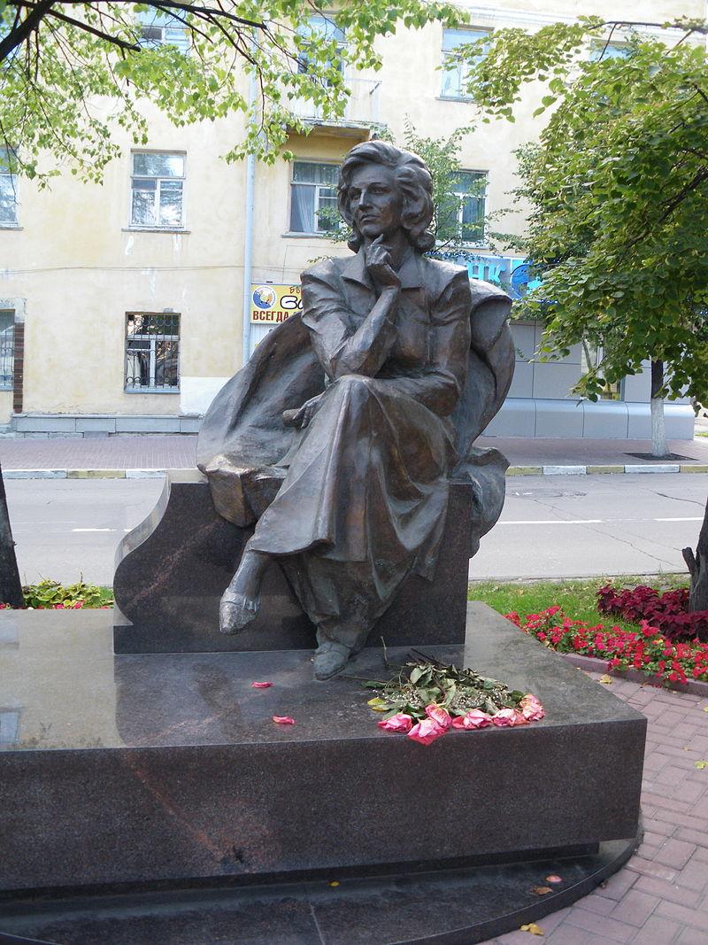 Памятник Валентине Леонтьевой в Ульяновске.