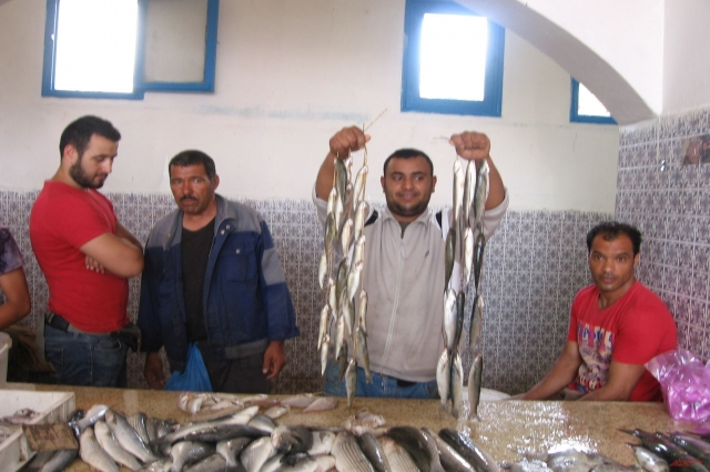 Для покупателей рыбы устраивают аукцион.