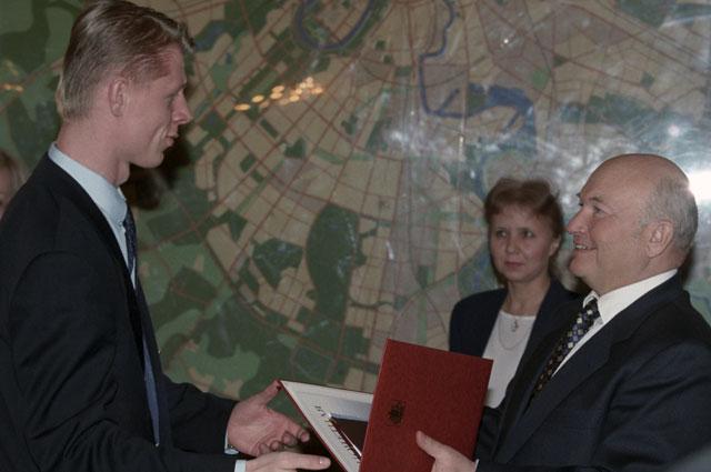 Мэр Москвы Юрий Лужков вручает награду одному из лучших игроков сборной команды России по мини-футболу (чемпиона Европы 1999 года) Константину Еременко.