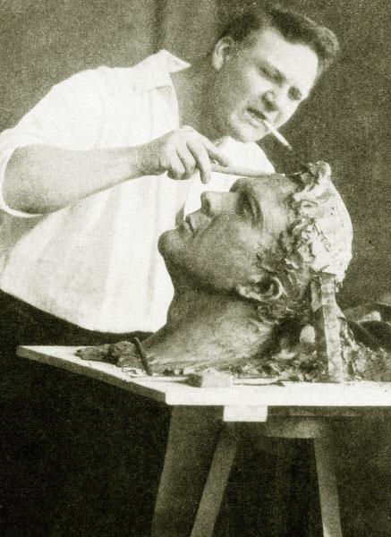 Федор Шаляпин за работой над своим скульптурным автопортретом. 1912 год