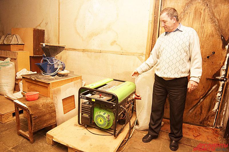Владимир показывает электрогенератор, работающий на биогазе