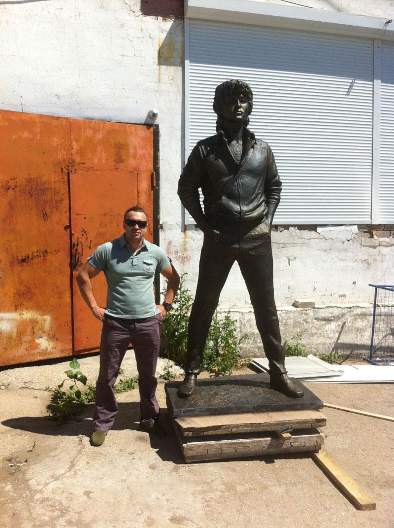 Памятник Виктору Цою весит более 600 кг.