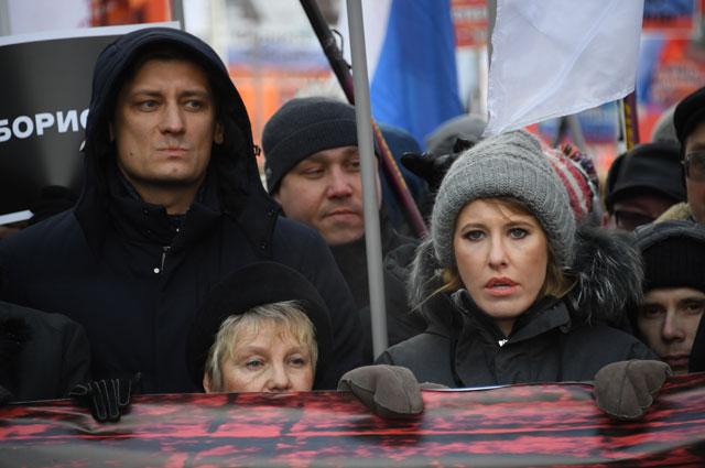 Ксения Собчак и Дмитрий Гудков во время марша в память о политике Борисе Немцове в Москве.