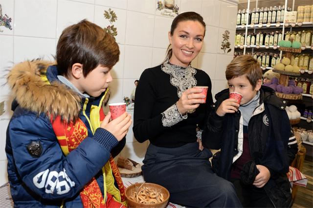 Юлия Такшина с сыновьями.
