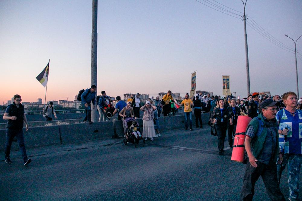 Одним из испытаний для паломников стали бордюры на Бебелевском мосту