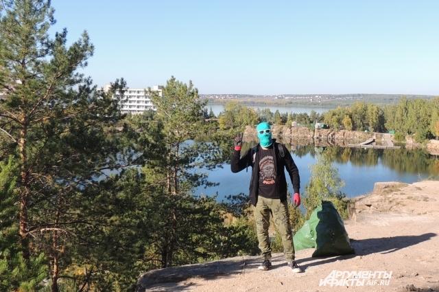 Блюститель порядка в местах отдыха доволен очередным рейдом по уборке мусора.