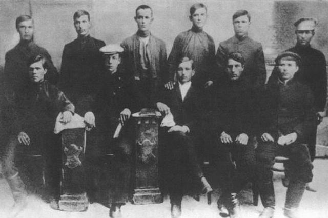 Н. Махно (сидит в первом ряду слева) с другими членами анархистской организции Гуляйполя 1 мая 1907 г.