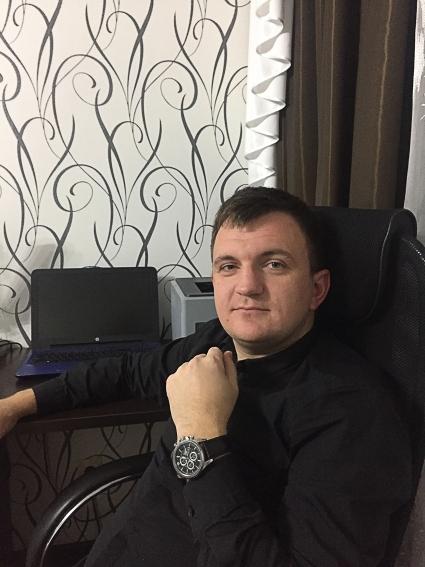Антон Александрович Каратеев родился в Брянске. Окончил БГТУ по специальности защита информации. С 2014 года гендиректор Брянского центра безопасности информации.
