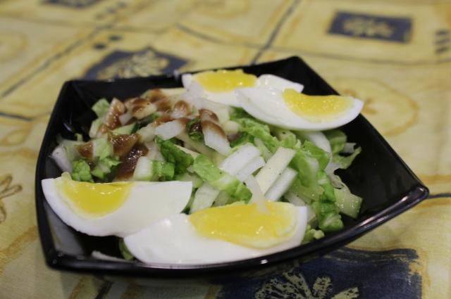 Салат с яблоками и яйцом.
