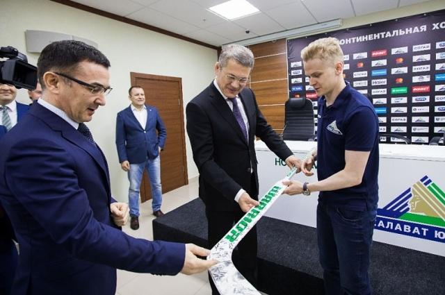 Радию Хабирову подарили клюшку с автографами хоккеистов