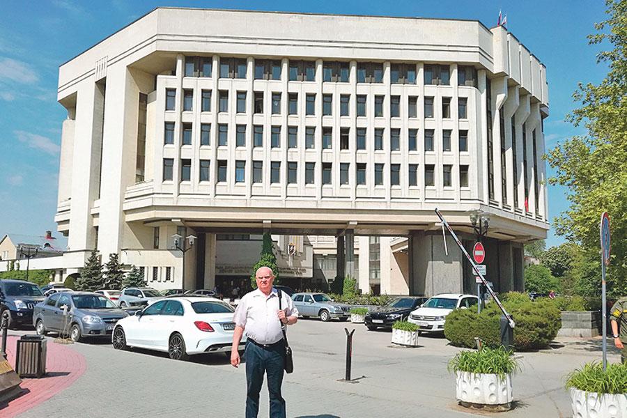 Перед зданием Госсовета Крыма развернулись самые драматичные эпизоды.