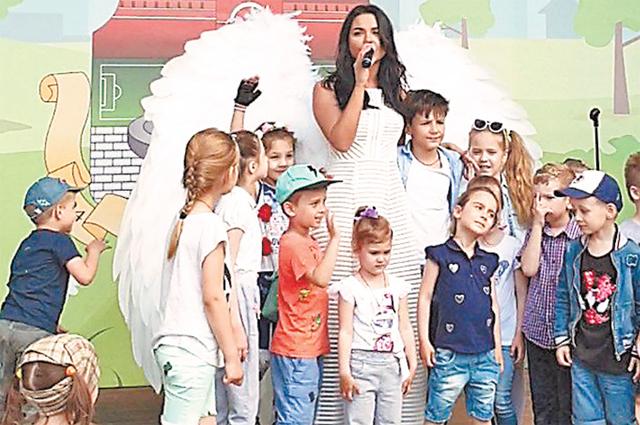 Певица Алессия Войс всегда выступает на городских праздниках в Можайском районе.