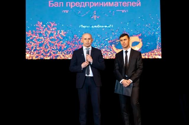 Артур Юсупов (слева) поблагодарил предпринимателей за их вклад в экономику области, за активную позицию и создание новых рабочих мест.