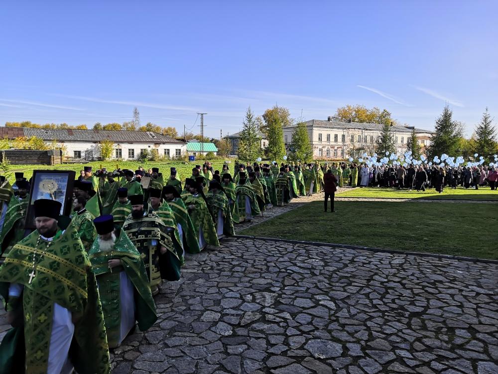 Крестный ход вокруг Крестовоздвиженского храма Свято-Николаевского монастыря.