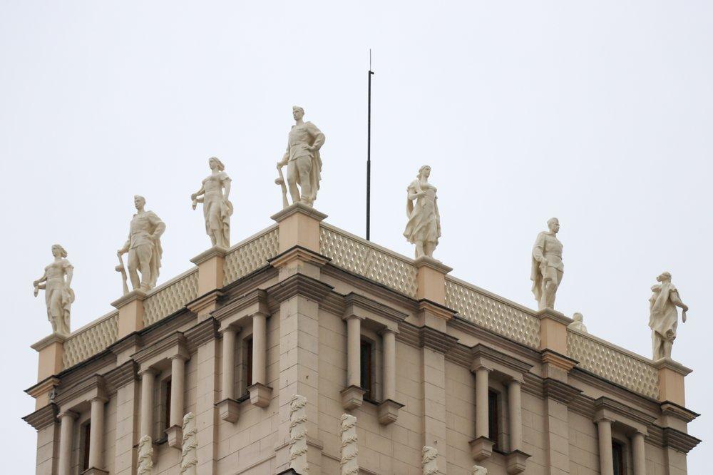 Какие статуи отреставрировали на башнях-близнецах на Ленинском проспекте?