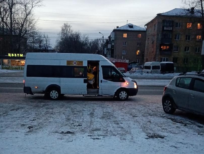 Остановка у ДК Смена. Люди садятся в транспорт и выходят среди припаркованных в кармане машин. Хорошо, если автомобилей немного.