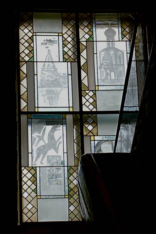 В музее изобразительных искусств витраж выполняет функцию окна.