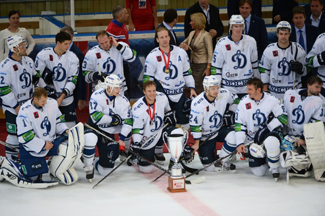 Игроки ХК Динамо, выигравшие Кубок мэра Москвы по хоккею, на церемонии награждения. 2014 год