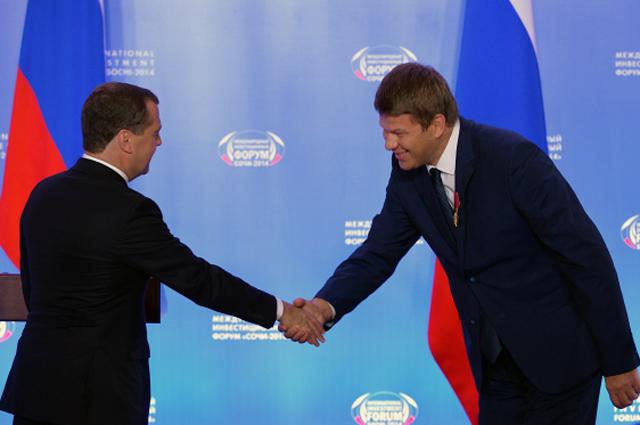 Председатель правительства РФ Дмитрий Медведев и спортивный комментатор Дмитрий Губерниев во время церемонии вручения государственных наград РФ в Сочи. 2014 год