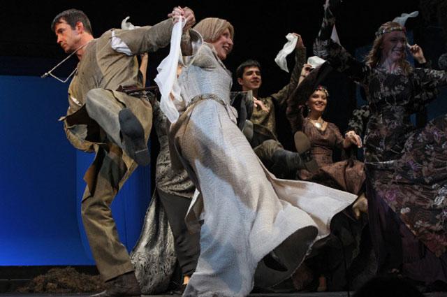 Актёр Дмитрий Певцов в роли короля Англии Генриха II и актриса Инна Чурикова в роли королевы Алиеноры Аквитанской в спектакле Аквитанская львица