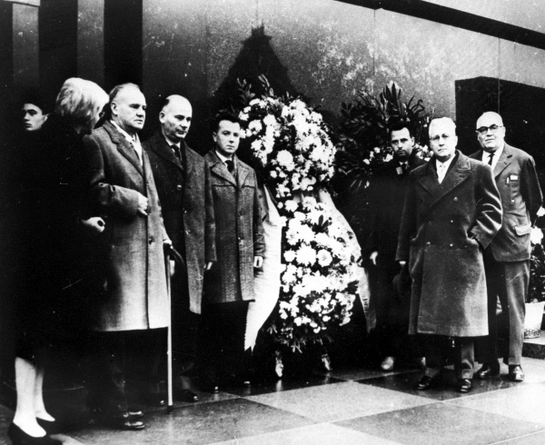 Французские коммунисты возложили венок к Мавзолею В. И. Ленина. Октябрь 1961 года. Репродукция фотографии. Оригинал находится в музее института Мориса Тореза в Париже