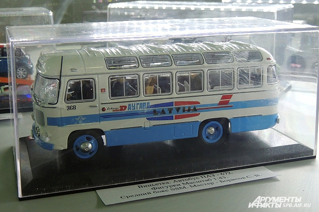 Внутри салона этого автобуса происходит интересное шоу.