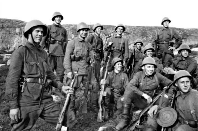 Советские военнослужащие с СВТ-40.