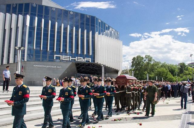 На похороны экс-губернатора Бочкарева пришли тысячи пензенцев.