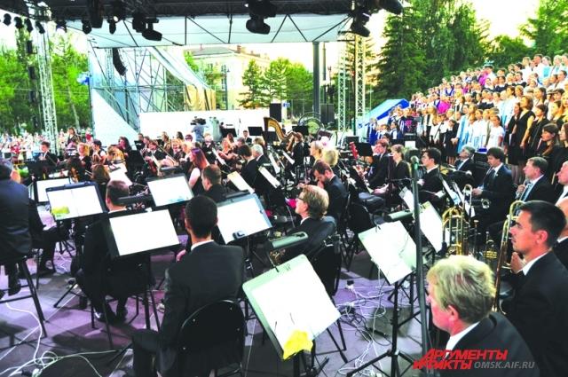 В городе организовали множество уличных концертов.