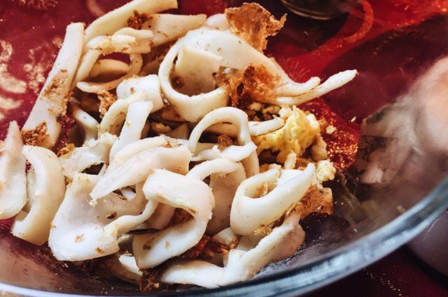 Новогодний салат с кальмаром и горошком