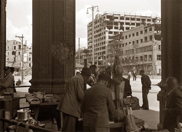 Уличная торговля под сводами вокзала Анхальтер в Западном Берлине в 1948 г.