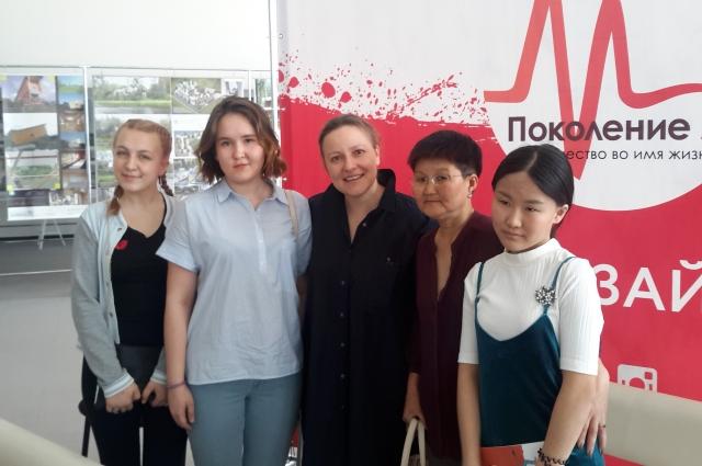Туяна осодоева (вторая слева).