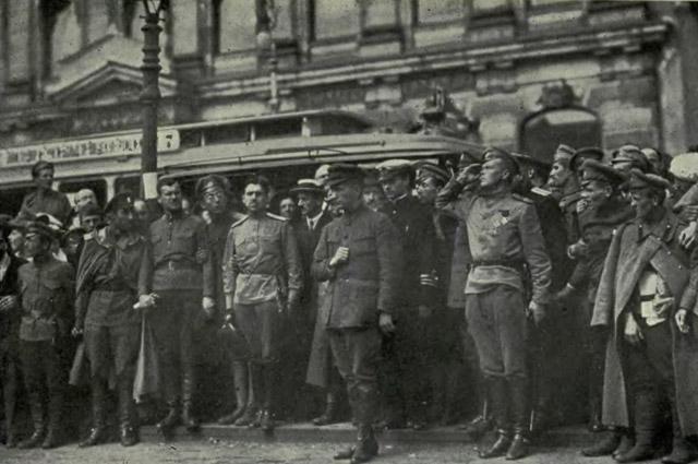 А. Ф. Керенский участвует в торжественных похоронах жертв Июльского мятежа.