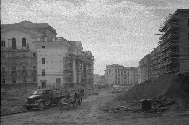 Проектировали город архитекторы из Ленинграда, так что сталинского ампира здесь хватает.