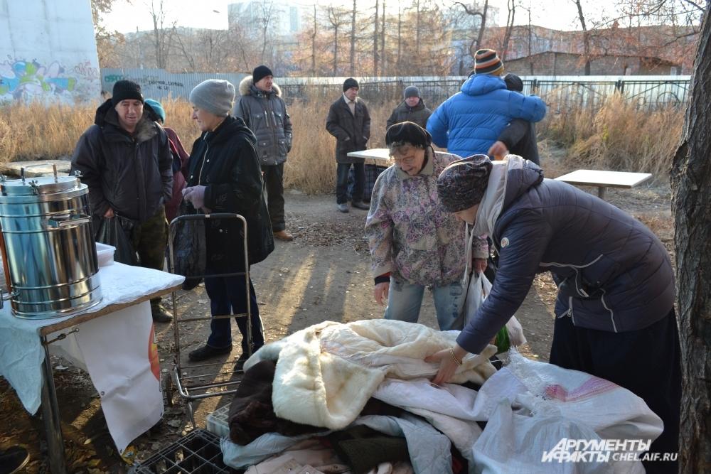 Помимо еды волонтёры приносят для нуждающихся тёплую одежду.