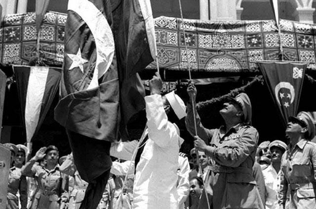 Насер поднимает египетский флаг над городом Порт-Саид у Суэцкого канала, июнь 1956 года.