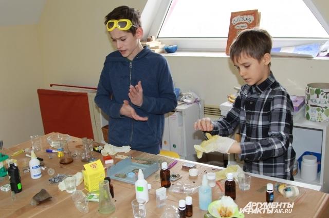Уроки химии «хоумскулеры» изучают на практике, сами выполняя опыты.