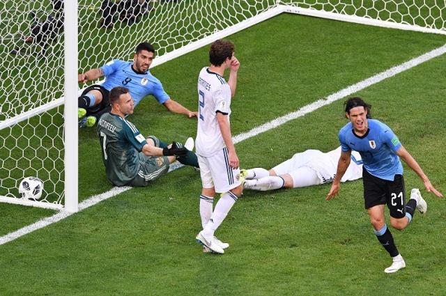 Справа - Эдинсон Кавани (Уругвай) радуется забитому голу в ворота Игоря Акинфеева в матче между сборными Уругвая и России.