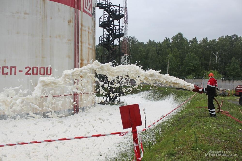 Границы розлива посыпают сорбентов - он не даст нефтепродуктам растечься ещё больше.