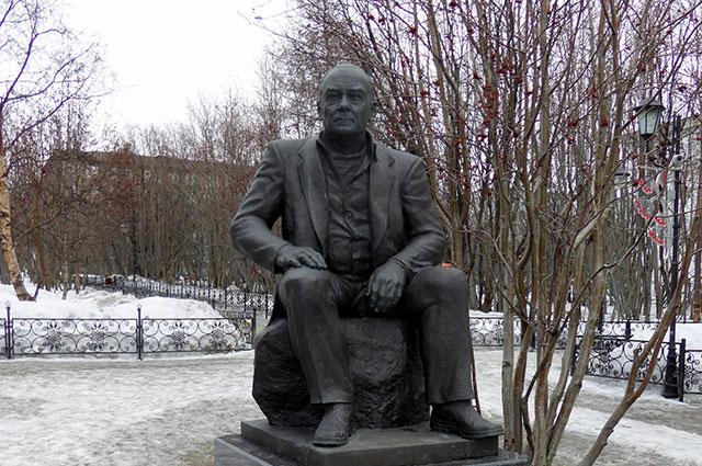 Памятник Валентину Пикулю.
