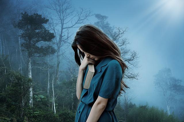 Осенняя холодная погода сильно влияет на наше настроение.