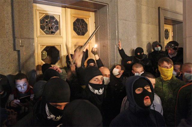 Активисты Правого сектора у здания Верховной рады в Киеве