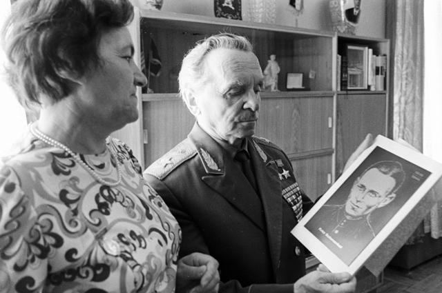 Вдова Героя Советского Союза Фрица Шменкеля Эрна Шменкель вручает генералу Петру Батову гравюру с изображением ее мужа. 1976 г.