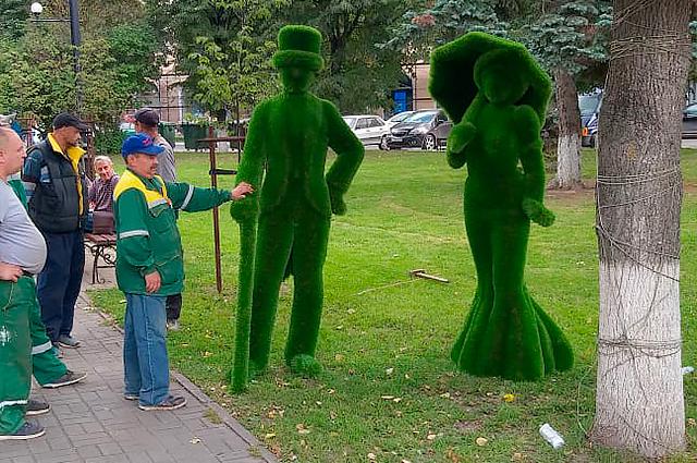 Скульптуры из газона (топиари) появились сразу в нескольких точках города.