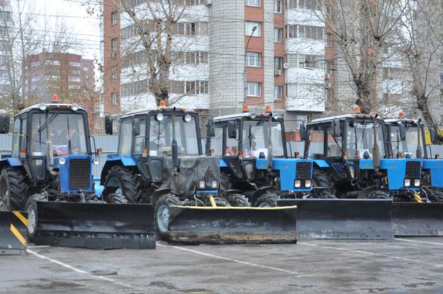 Трактора тоже оборудованы устройствами - грейдерами