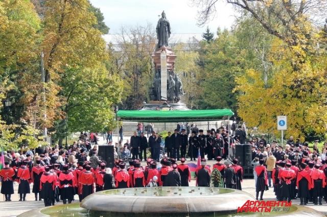Казаки Кубанского казачьего войска на фоне памятника Екатерине Великой, даровавшей их предкам эти земли.