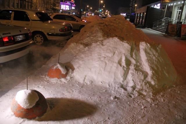 Снежных завалов в городе - хоть отбавляй.