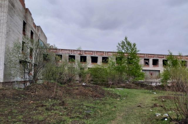 Заброшенное здание на пустующем строении на улице Ванинская, 10 в поселке Березовка.