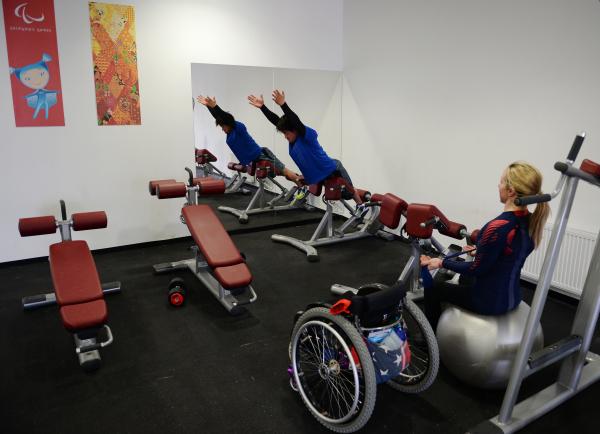 Спортсмены в тренажёрном зале в горной Паралимпийской деревне в Сочи